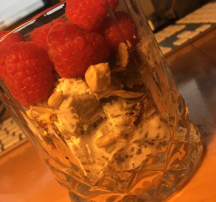 Chiagrød med nøde-müsli og bær
